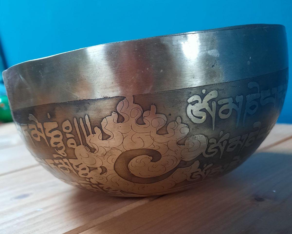 Tibetsky misa Mantra Om Mani Padma Hum (Singing Bowl) -14cm - Double Dorjee